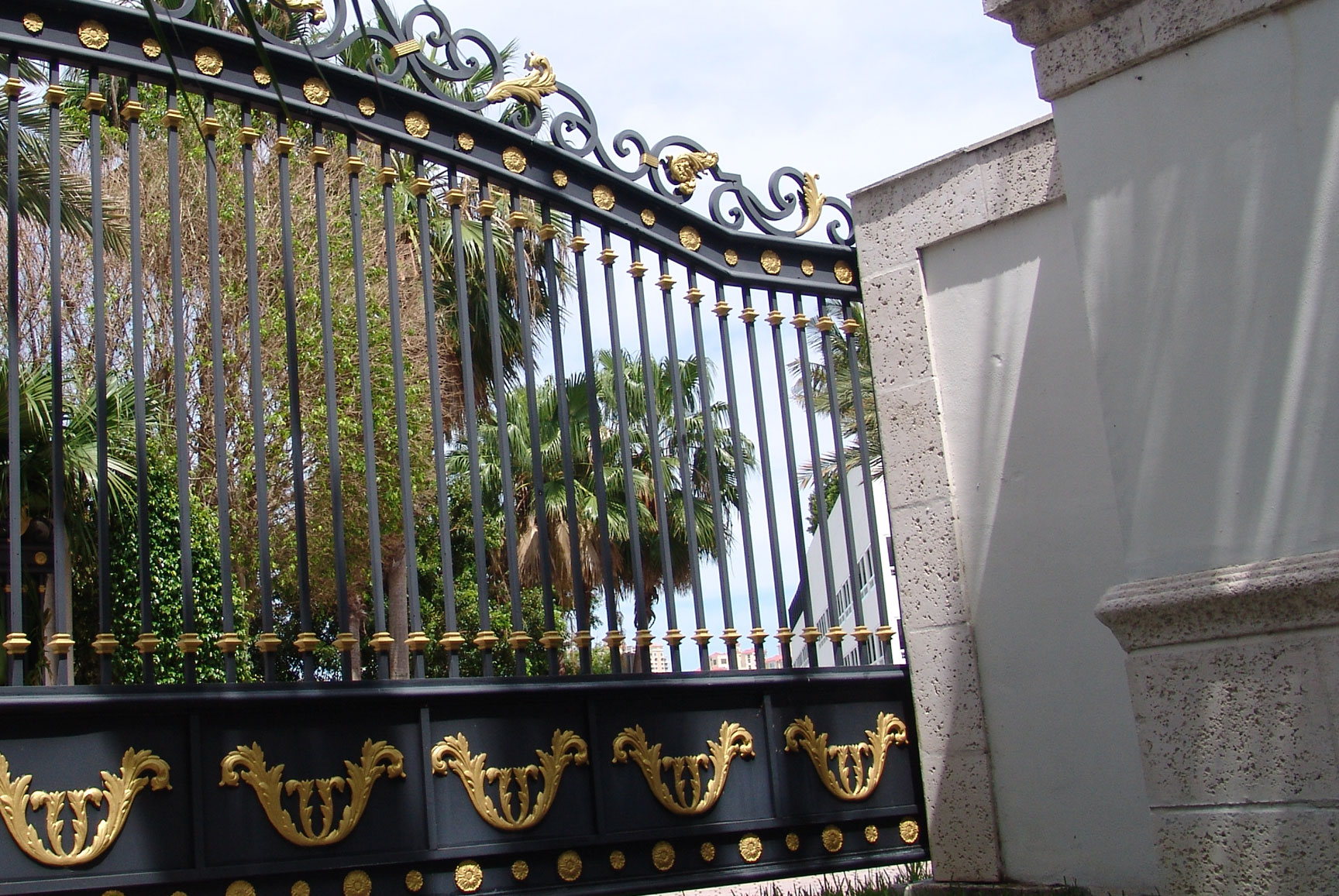 cropped photo of on iron gate